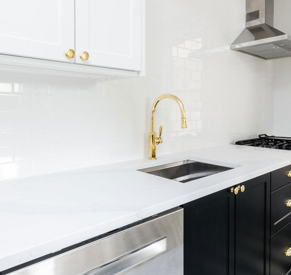 vitt kök med svarta luckor